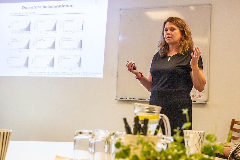 En kvinna som håller en presentation.